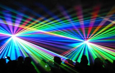 Laserowe światła na koncercie rockowym