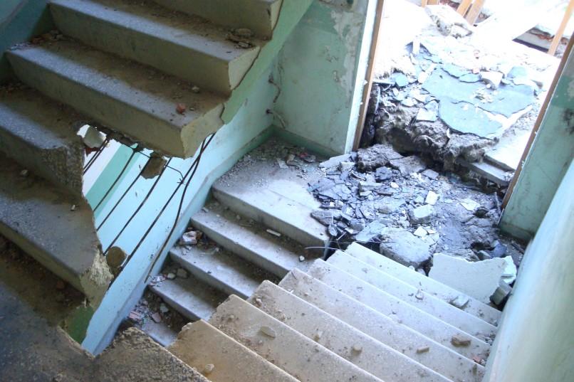 Kłomino - klatka schodowa w jednym z opuszczonych budynków miasta widma