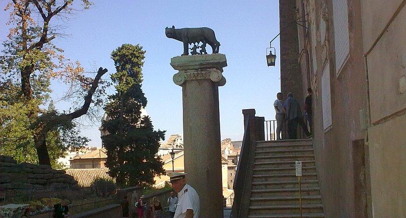 Pomnik wilczycy kapitolińskiej karmiącej Romulusa i Remusa w Rzymie