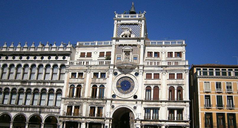 Wenecja - zegar i dzwony na placu przed bazyliką świętego Marka